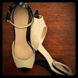 Elegant contrasting open-toed heels
